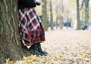 公園に立っている人の写真・画像素材[3695810]