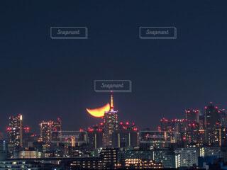 夜の街に沈む三日月の写真・画像素材[3716326]