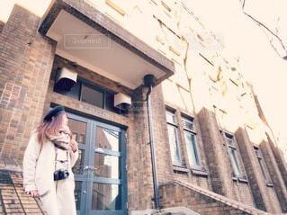 建物の前に立っている人の写真・画像素材[3839477]