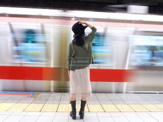 駅で待っている人の写真・画像素材[3896855]