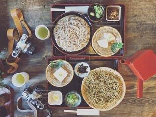 テーブルの上に座っている食べ物の束の写真・画像素材[3916307]
