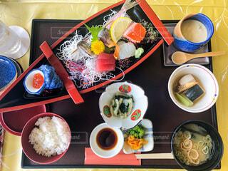 食べ物の皿をテーブルの上に置くの写真・画像素材[3916963]