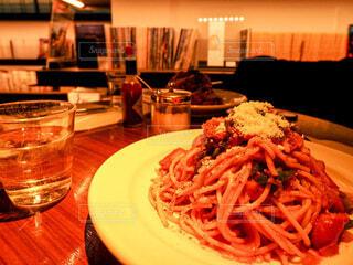 食べ物の皿をテーブルの上に置くの写真・画像素材[3916961]