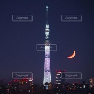 夜にライトアップされた時計塔の写真・画像素材[3919988]