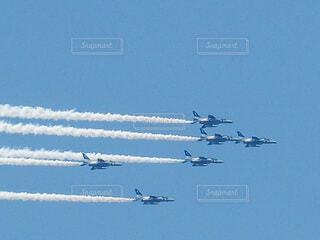 青い空を飛んでいる戦闘機の群の写真・画像素材[4009645]