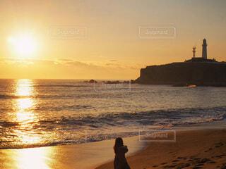 風景,海,空,冬,屋外,太陽,朝日,ビーチ,雲,後ろ姿,水面,海岸,人物,人,浜辺,キラキラ,正月,灯台,お正月,日の出,新年,初日の出,犬吠埼