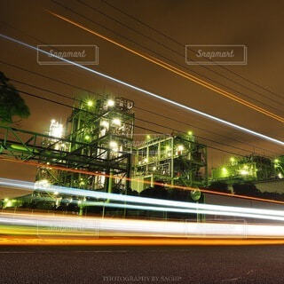 工場夜景とレーザービームの写真・画像素材[4065577]