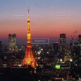東京タワーを背景に大きな水域の写真・画像素材[4065581]