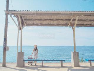 ビーチに座っている人の写真・画像素材[4094401]