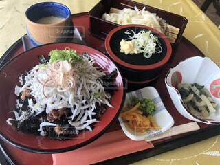 テーブルの上に食べ物を1杯入れるの写真・画像素材[4098824]