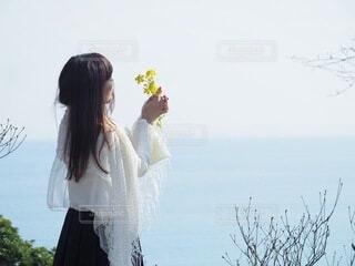 水の前に立っている女性の写真・画像素材[4165971]