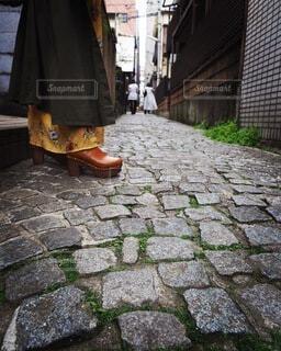 傘を手に持つ石造りの建物の写真・画像素材[4192962]
