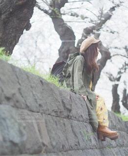 岩の上に立っている人の写真・画像素材[4210938]