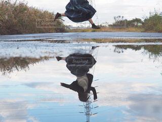 水の体の上で空中に飛び込む人の写真・画像素材[4274601]