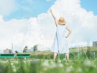 草の中に立っている人の写真・画像素材[4274600]
