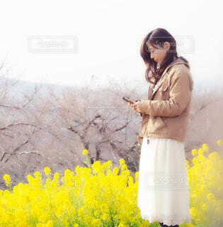 花の前に立っている人の写真・画像素材[4277455]