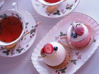 皿の上にケーキが置いてテーブルの写真・画像素材[4288213]