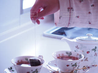 コーヒーを一杯持っている人の写真・画像素材[4288214]