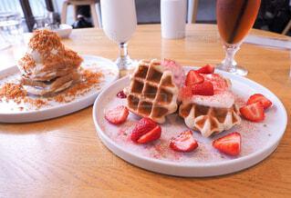 食べ物の皿をテーブルの上に置くの写真・画像素材[4330871]