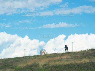 緑豊かな畑に立つ人々のグループの写真・画像素材[4369834]