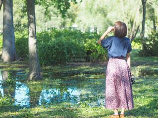 森の隣に立っている人の写真・画像素材[4415262]