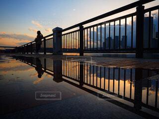 水の体に架かる長い橋の写真・画像素材[4432849]