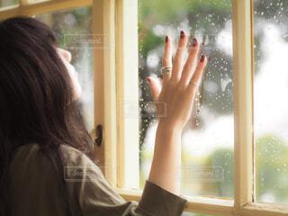 窓の前に立っている女性の写真・画像素材[4464904]