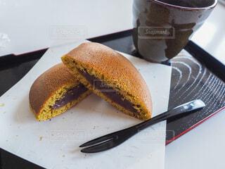 フォークとナイフの皿の上にケーキをの写真・画像素材[4538007]