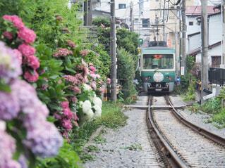 建物の近くで列車の線路を下って移動する列車の写真・画像素材[4556787]