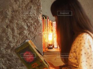 彼女の携帯電話を見ている女性の写真・画像素材[4564079]