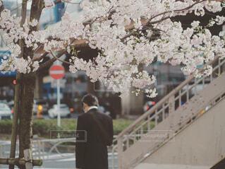 建物の前に立っている人の写真・画像素材[4585616]