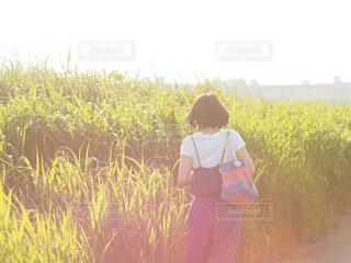 草の中に立っている人のカップルの写真・画像素材[4585634]