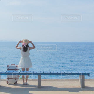 水の体の隣に立っている人の写真・画像素材[4636894]