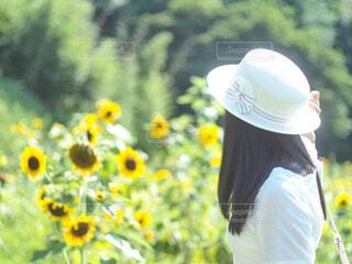 花を持っている人の写真・画像素材[4657270]