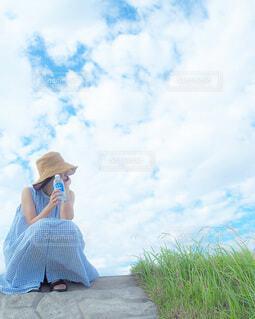 草の中に立っている人の写真・画像素材[4749381]