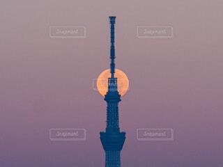 水の体の上にそびえ立つ大きな時計塔の写真・画像素材[4834846]