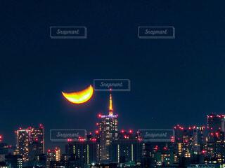 夜の信号のクローズアップの写真・画像素材[4834850]
