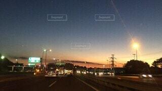 空,夜景,夜空,屋外,夕暮れ,車,道路,日没,高速道路,道,夕景,日暮れ,車両,街路灯,が,タイムラプス