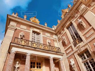 ヴェルサイユ宮殿から見上げた青空の写真・画像素材[2000385]