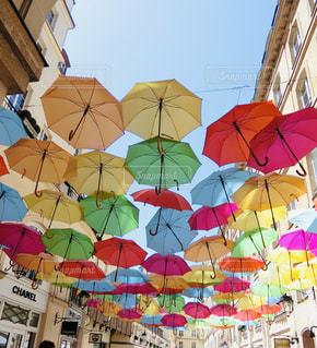 たくさんのカラフルな傘の写真・画像素材[2343732]