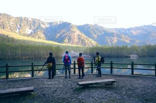 水域の前に立つ人々のグループの写真・画像素材[2232587]