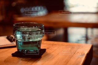 木製のまな板の上に座っているワインのグラスの写真・画像素材[2266762]