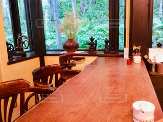 窓の前の食堂のテーブルの写真・画像素材[2289026]