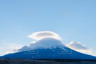 背景に大きな山の写真・画像素材[2436727]
