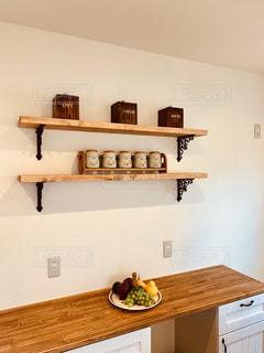 木製のカウンター付きの部屋の写真・画像素材[2799125]