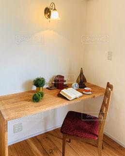 木製のテーブル付きのベッドルームの写真・画像素材[2799850]