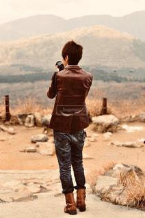 未舗装の道を歩く人の写真・画像素材[2816675]