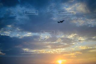 自然,風景,空,夕日,屋外,太陽,雲,青,あたたかい,夕焼け,夕暮れ,飛行機,飛ぶ,オレンジ,光,逆光,日中,クラウド,インスタ映え
