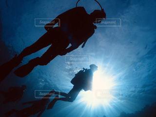 暗闇の中で泳いでいる男の写真・画像素材[2861069]