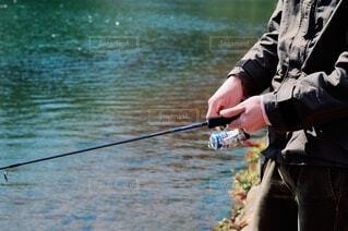 水の体の隣に立っている人の写真・画像素材[3737986]